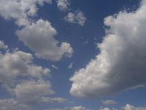 Z biały chmurami jasny niebieskie niebo Obrazy Stock
