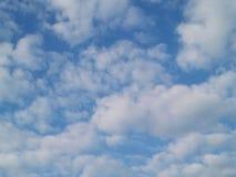Z biały chmurami jasny niebieskie niebo Zdjęcia Stock