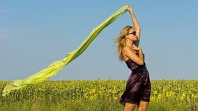 Z bieżącym szalikiem piękna kobieta Zdjęcie Royalty Free
