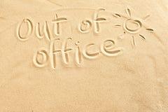 Z biuro znaka na plażowym piasku Fotografia Stock