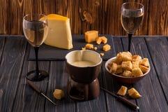 z bliska 1 życie wciąż Tradycyjny francuski serowy fondue Crouton zamaczający w gorącego fondue ser na wywodzącym się rozwidleniu fotografia stock