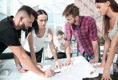 z bliska biznes drużyna dyskutuje projekt architektoniczny projekt zdjęcie royalty free