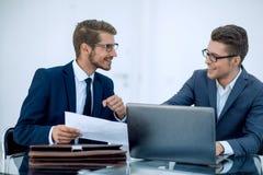 z bliska dwa biznesowego mężczyzna dyskutuje biznesowego dokument zdjęcie stock