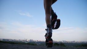 z bliska Dziewczyn nogi w k angoo skoków butach M?odej kobiety doskakiwanie na ulicie 4K zwalniaj? mo zdjęcie wideo