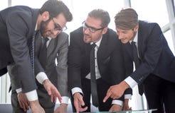 z bliska fachowego biznesu drużynowy dyskutuje nowy plan biznesowy obrazy stock