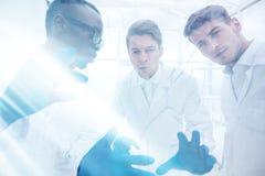 z bliska grupa mikrobiolodzy dyskutuje nowych pomysły zdjęcie royalty free