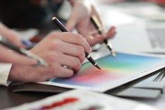 z bliska grupa projektanci dyskutuje kolor paletę obraz royalty free