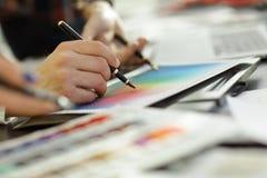 z bliska grupa projektanci dyskutuje kolor paletę fotografia royalty free