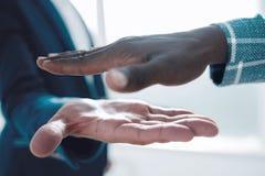 z bliska ludzie biznesu trzyma za ich rękach dla uścisku dłoni obrazy stock