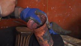 z bliska Młot i metal Rzemieślnika Blacksmith pracuje na jego warsztacie zbiory wideo