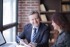 z bliska partnery biznesowi dyskutuje pieniężnego zysk zdjęcia royalty free