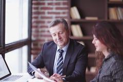 z bliska partnery biznesowi dyskutuje pieniężnego zysk obraz royalty free