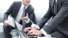 z bliska partnery biznesowi dyskutuje terminy kontrakt obrazy royalty free