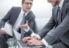 z bliska partnery biznesowi dyskutuje terminy kontrakt zdjęcia stock