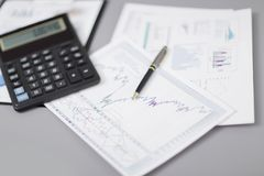 z bliska pióro, pieniężna mapa i kalkulator na biznesmenie, « zdjęcie royalty free