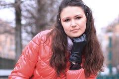 z bliska piękna młoda kobieta na tle zimy miasto zdjęcie royalty free