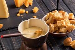 z bliska Tradycyjny Szwajcarski serowy fondue Crouton zamaczający w gorącego fondue z gruyere na wywodzącym się rozwidleniu obrazy stock