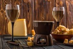 z bliska Tradycyjny wysokogórski serowy fondue Płonący świeczka upałów fondue garnek Zima sezonowy posiłek kosmos kopii zdjęcia stock