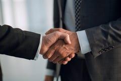 z bliska Uścisków dłoni partnery biznesowi obraz stock
