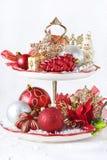 Z boże narodzenie dekoracjami babeczka stojak. Obrazy Royalty Free