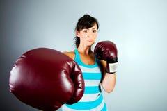 Z bokserskimi rękawiczkami silna kobieta Obrazy Royalty Free