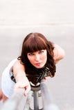 Z ciemnymi kędziorami piękna kobieta zdjęcie stock
