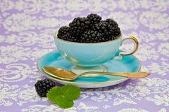 Z czarny jagodami herbaciana rocznik filiżanka Obrazy Royalty Free