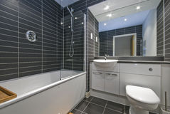 Z czarny płytkami współczesna łazienka obraz stock