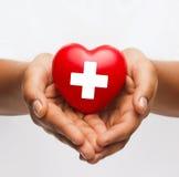 Z czerwonym sercem żeńskie ręki Zdjęcie Royalty Free
