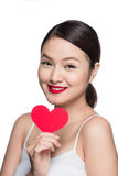 Z czerwonym sercem atrakcyjna młoda kobieta Walentynki ` s dnia sztuki portr Obrazy Stock