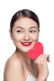 Z czerwonym sercem atrakcyjna młoda kobieta Walentynki ` s dnia sztuki portr Zdjęcia Royalty Free