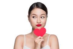 Z czerwonym sercem atrakcyjna młoda kobieta Walentynki ` s dnia sztuki portr Zdjęcie Stock