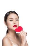 Z czerwonym sercem atrakcyjna młoda kobieta Walentynki ` s dnia sztuki portr Zdjęcia Stock