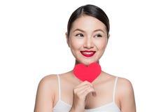 Z czerwonym sercem atrakcyjna młoda kobieta Walentynki ` s dnia sztuki portr Obraz Stock