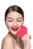 Z czerwonym sercem atrakcyjna młoda kobieta Walentynki ` s dnia sztuki portr Fotografia Royalty Free