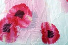 Z czerwonymi maczkami kwiecista zmięta tkanina. Fotografia Royalty Free