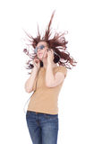 Z długimi włosami Atracttive kobieta słucha muzykę obraz royalty free