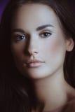 Z delikatnym naturalnym makeup piękna młoda dziewczyna obraz royalty free
