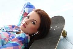 Z deskorolka piękna dziewczyna Zdjęcia Stock