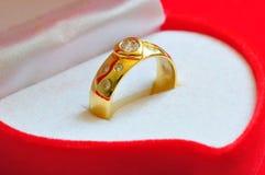 Z diamentem złoty pierścionek Zdjęcia Royalty Free
