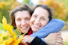 Z dorosłą córką szczęśliwa dojrzała kobieta zdjęcie royalty free