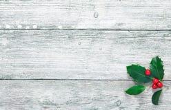 Z drewnianą teksturą bożenarodzeniowy holly Zdjęcia Stock