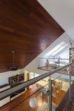 Z drewnianym sufitem nowożytny dwór Obraz Stock