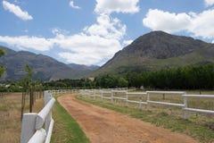 Z droga śladu przez rolnych ziemi w Franschoek, Południowa Afryka Zdjęcia Stock