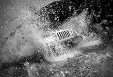Z drogowego pojazdu krzyżuje rzekę Obraz Stock