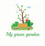 z drzewem, ogrodzeniami, łopatą, warzywami i ap, Obrazy Stock