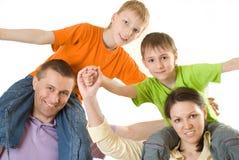 Z dziećmi szczęśliwi rodzice fotografia stock