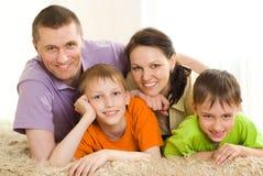 Z dziećmi szczęśliwi rodzice Zdjęcie Royalty Free