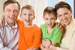 Z dziećmi szczęśliwi rodzice wpólnie zdjęcia royalty free