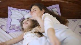 Z dzieckiem w łóżkowej mamie zdjęcie wideo